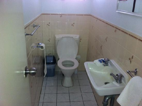 Oceanside Hawks Nest Motel: toilet