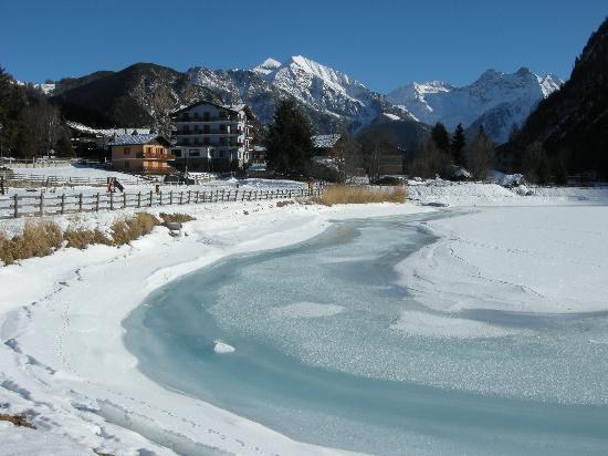 Brusson, İtalya: Il lago ghiacciato e l'Hotel Laghetto sullo sfondo