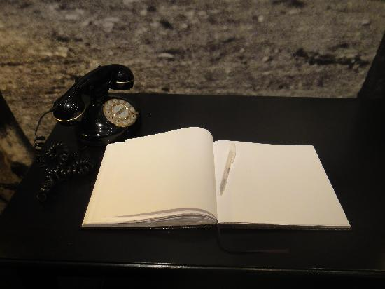 Freys Hotel: guestbook in lobby