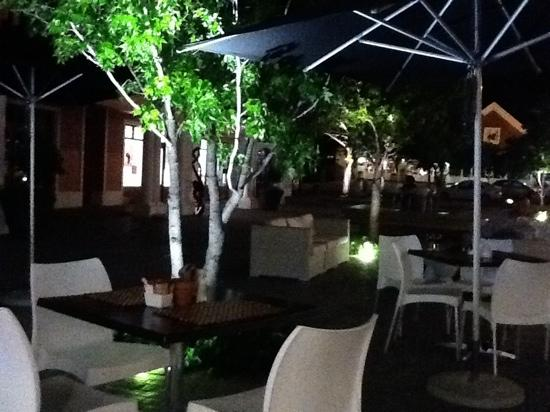 Le Coq Restaurant & Sushi Bar: terrace by night