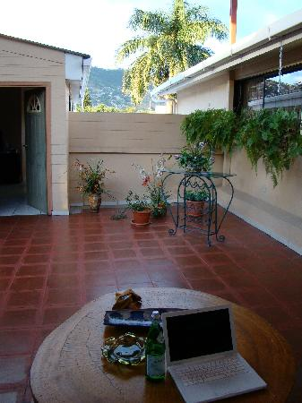 Econo Hotel Bed & Breakfast: Nice patio with attached kitchen to make food / tea and relax