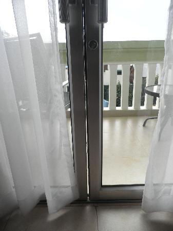 Cambodian Resort: Mosquito-friendly gap between balcony doors