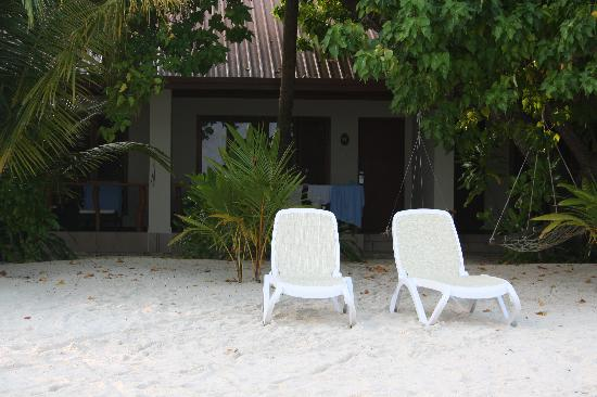 Kuramathi Island Resort: beach longers outside the villas