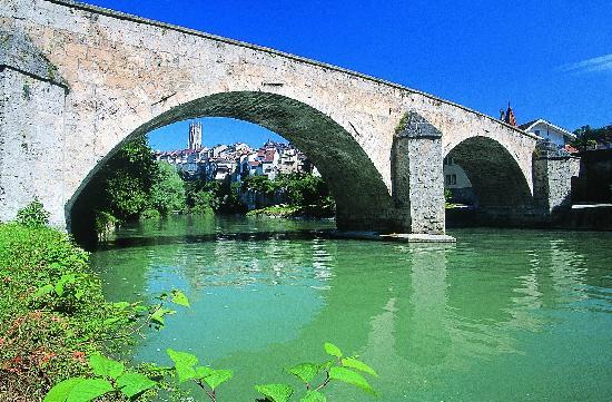Le pont du milieu en vieille ville de fribourg picture for Piscine fribourg