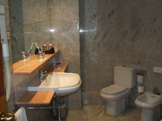 Onix Fira Hotel: Era enorme il bagno!!!!