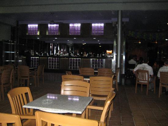 Hotel Riu Naiboa: Night time bar