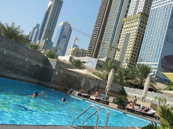 Jumeirah Emirates Towers: pool, always ~+24, jacuzzi 35 39 degrees