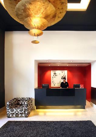 Inglaterra Hotel: Front Desk