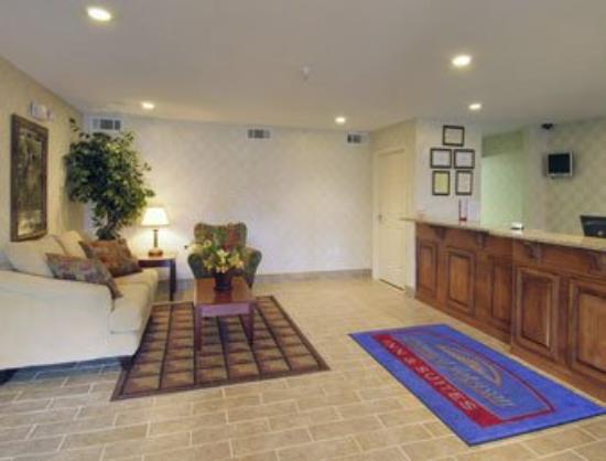 Magnolia Bay Hotel & Suites - Jonesboro: Lobby