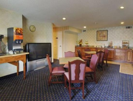 Magnolia Bay Hotel & Suites - Jonesboro: Breakfast Area