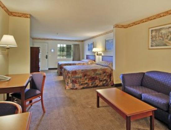 Magnolia Bay Hotel & Suites - Jonesboro: Two Double Bed Suite