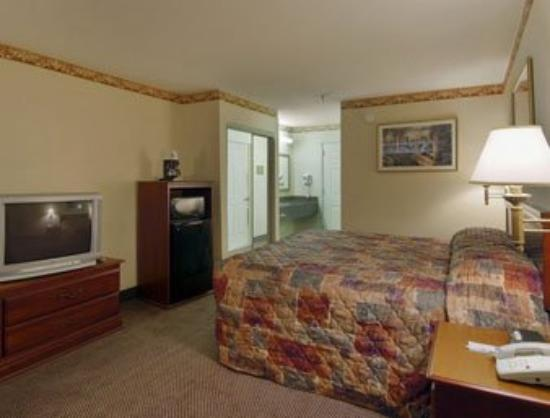 Magnolia Bay Hotel & Suites - Jonesboro: Standard King Room
