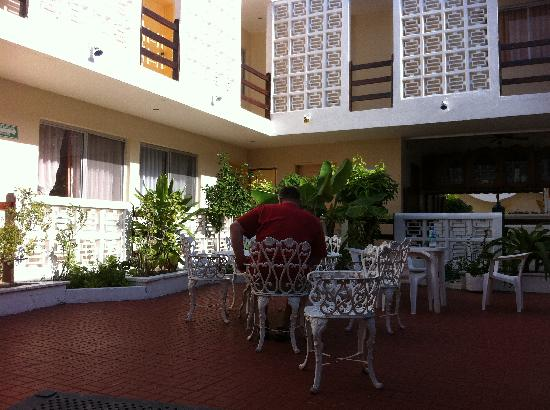 Hotel Mary Carmen: Courtyard where the turtles live