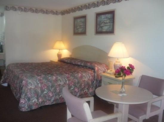 Key West Inn - Clanton: ROOM