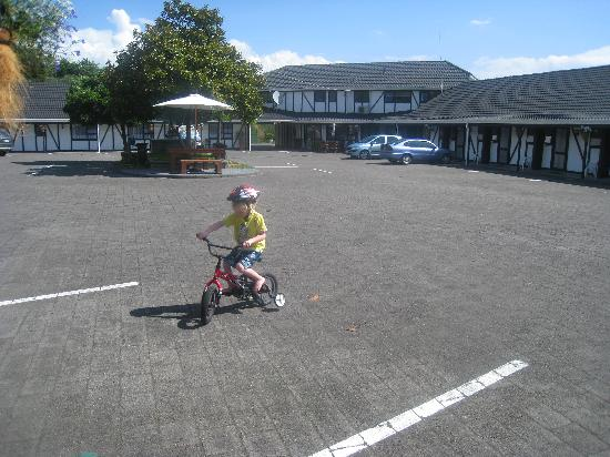 Chelmswood Motel: Our 4 yr old on one of the hotel bikes (free to use!)