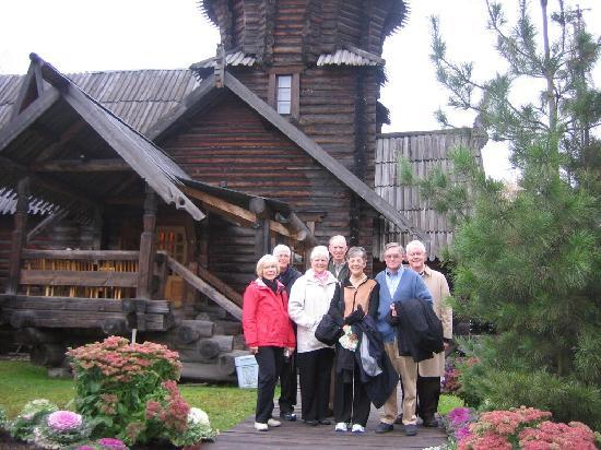Tzar Travel - Natalya German-Tsarkova: In Pavlovsk (in front of Podvorye restaurant)