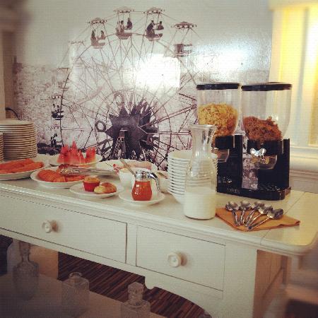 Paraiso Express Hotel: Desayuno Buffet: Fruta fresca, Pan de dulce, cereales, yogurt, huevos al gusto, 5 platos calient