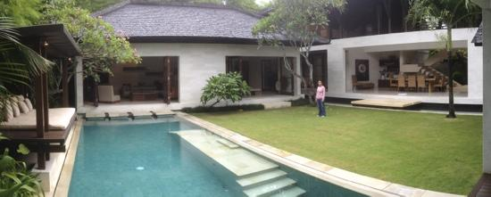 Villa Air Bali Boutique Resort & Spa: panorama of 4bedroom villa, grass space large enough for badminton or catch