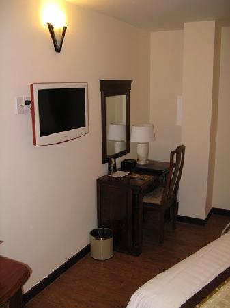 Dalat Plaza Hotel : LCD TV and desk in our room