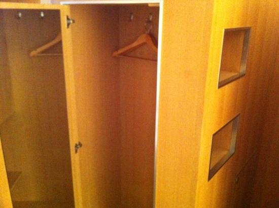 Hotel Grüner Baum: cupboard