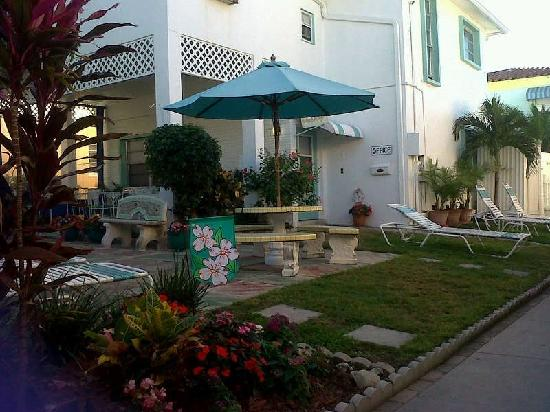 Atlantic Sands Beach Suites: Jardin del motel