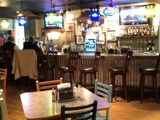 Snapperz Grill & Steam Bar: friendly bar area