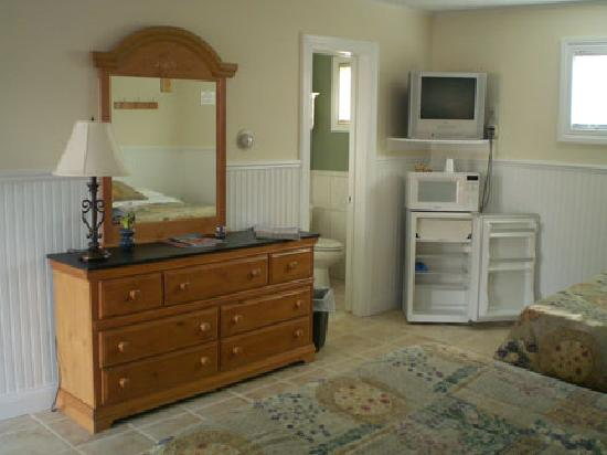 Westhampton SeaBreeze Motel: Room ammenities include aminifridge, microwave, premium cable tv and free wifi