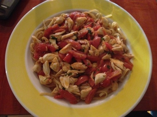 Newtown, Pennsylvanie : crab meat in a cherry tomato white wine sauce over linguini
