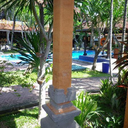 Hotel Sinar Bali: looking to pool