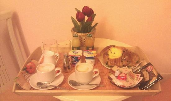 Adriana e Felice - Rooms in Rome: Breakfast in the morning! Yum!