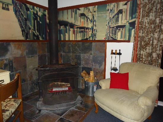 The Andiron -- Seaside Inn & Cabins : Check out the library mural..