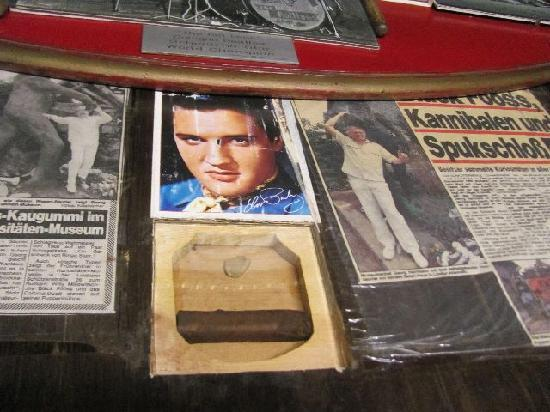 Kuriositatenmuseum Haus Safari: chewing gum of Elvis Presley