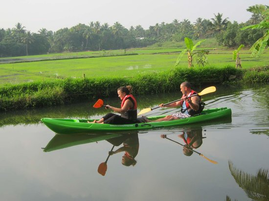 Alappuzha, Índia: kayaking tour through backwaters of kerala