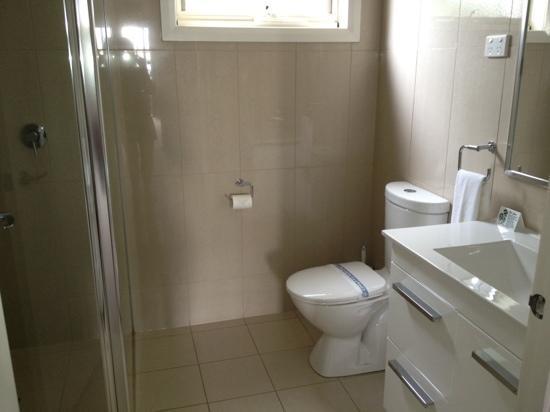 Red Earth Motel: spotless bathroom