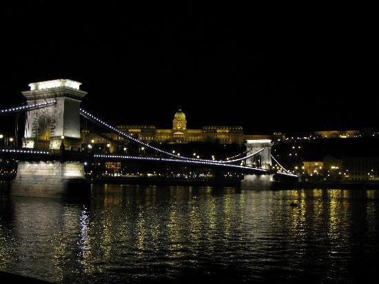 Carat Boutique Hotel: Budapest at night