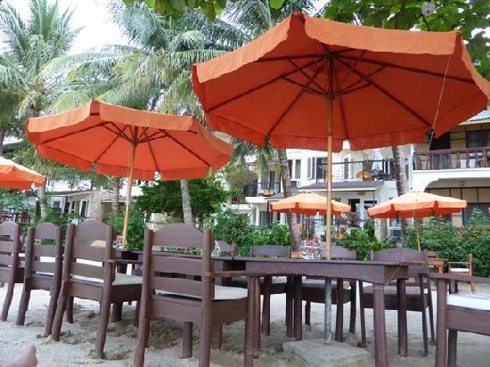 Sunset at Aninuan Beach Resort: Der Outdoor Restaurantbereich