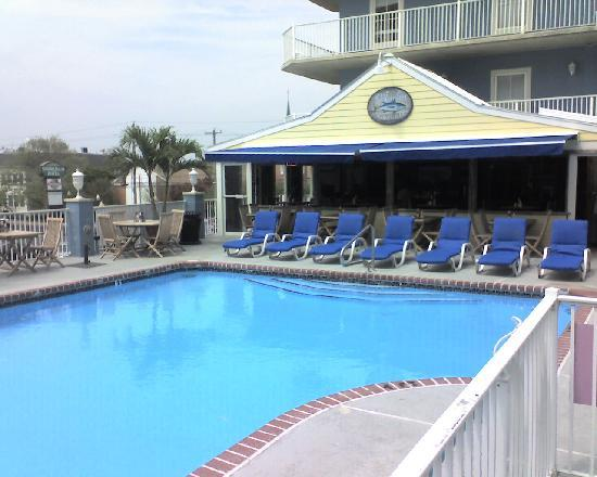 Tidelands Caribbean Hotel and Suites: Pool side grill