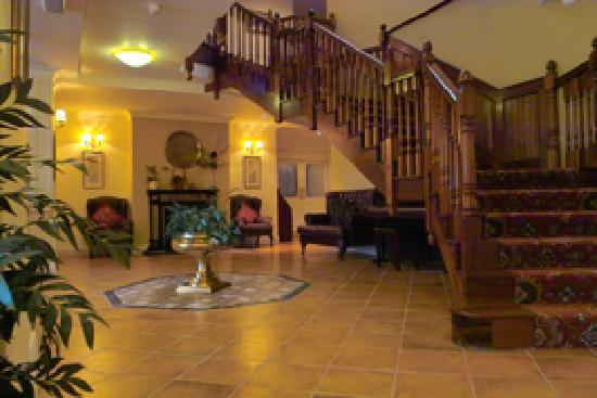 Loch Lein Country House: Entrance hall