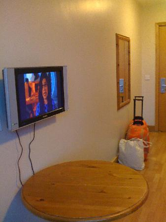Jacobs Inn Hostel: Desk and Flat screen tv!