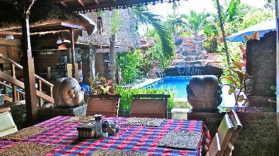Aahh Bali Bed & Breakfast: Poolside Dining
