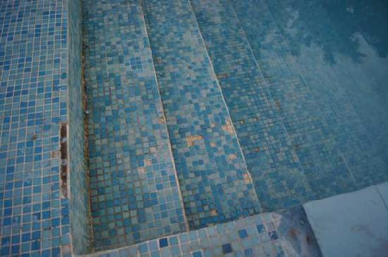 Sea Princess Beach Resort: Pool tiles loose