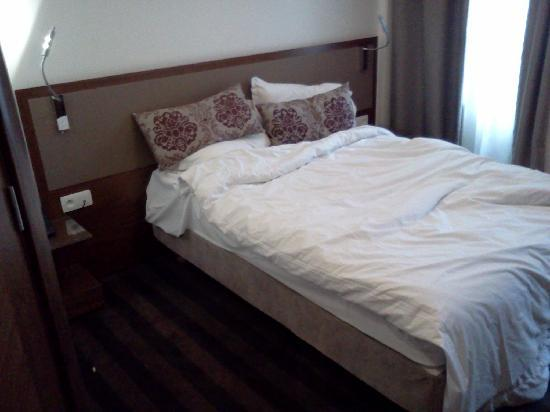 Art Hotel Batignolles: Rommet vårt med dobbeltseng, i 3. etasje.