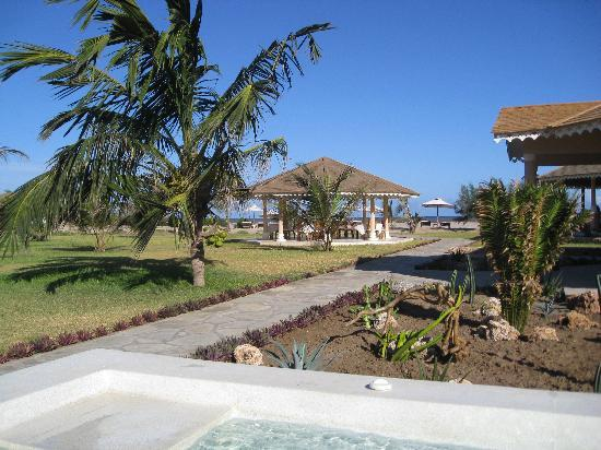 Ocean Beach Resort & Spa: View from the Jacuzzi towards the beach