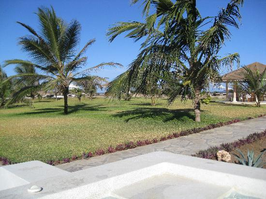 Ocean Beach Resort & Spa: Garden and the second pool, closer to the beach