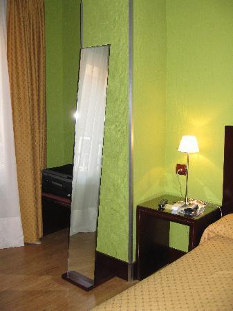 Hotel Carlos V: Detalle del espejo de la habitacion