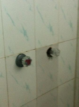 ‪تشاينا تاون هوتل: tapes in shower. the cold water looked like a hole had just been punched through the wall. the s‬