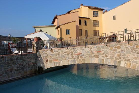 Hotel Mulino di Firenze : The dangerous wall around the pool