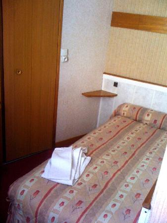 Hotel Chalet Saint Louis: My 25-euro (& therefore very small) Room