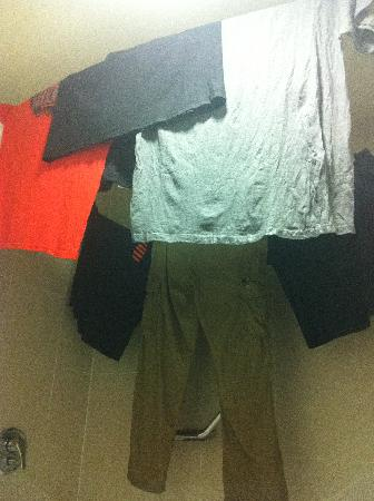 Holiday Inn Cuernavaca: Using the curtain rod and clothesline in the shower to dry clothes