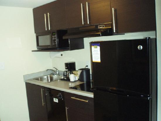 MainStay Suites Winnipeg: well equipped kitchen
